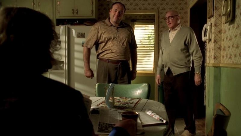 (Клан Сопрано S04E11_04) Тони заехал к Джуниору. «Ты предложила ему аспирин؟»