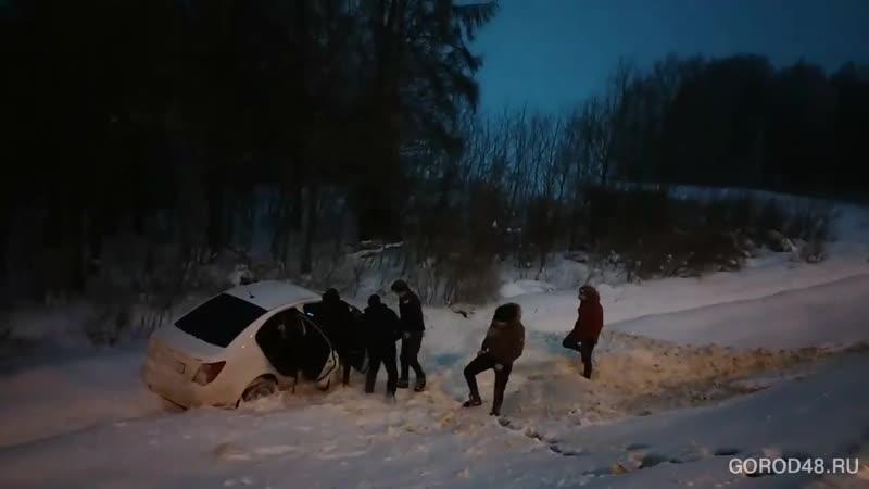 Под Липецком перевернулся автомобиль с женщиной за рулем