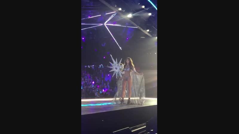 Дефилирует в сегменте «Celestial Angels» на показе «Victoria's Secret Fashion Show», Нью-Йорк (8 ноября 2018)