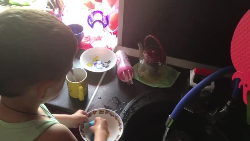 Игнат моет посуду (06.06.2019)