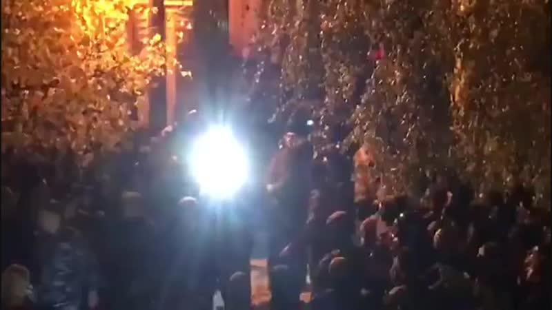 протестный такбир ингушей в Карабулаке во время выезда кортежа кадырова из дома Ахмеда Погорова. twitter.comArbagoKoro