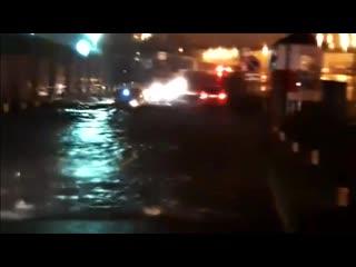 Машины едут по капот в воде. Чебоксары