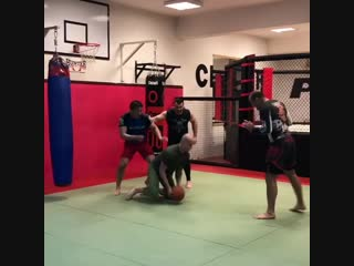 Мирко Кро Коп и его команда играют в баскетбол с тейкдаунами)