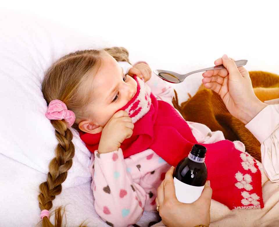 Болезненное горло является распространенным симптомом свиного гриппа у детей.