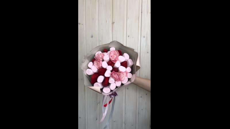 Сладко клубничный букет с пионовидной розой 1100₽