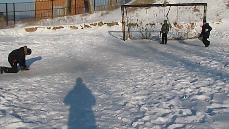 С детьми на школьном поле пинаем мячь 07.01.19