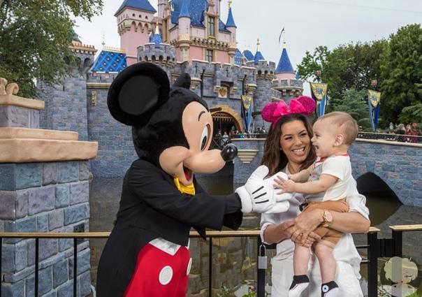 Ева Лонгория отметила первый день рождения сына в Диснейленде