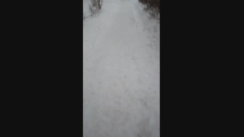 Мы с тобой без зонта близко так, И только твой блеск в глазах - красота! Мимо тают люди, - и снова снега не будет.