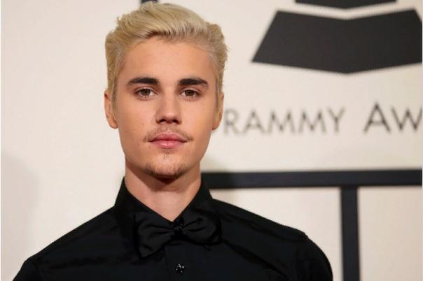 Джастин Бибер Джастин Бибер канадский музыкант-самородок, знаменитый поп-R&B-певец, музыкант, автор песен и актер. Джастин Бибер завоевал популярность с помощью канала на YouTube, не пользуясь