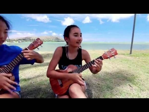 Divertiendose tocando el Ukulele -Весело играют на гитаре
