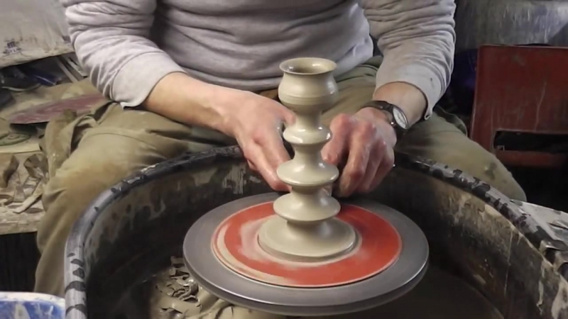 Изготовление подсвечника из глины на гончарном круге.
