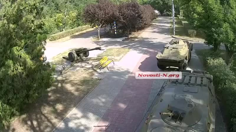 Видео Новости-N_ в Николаеве бабушка нарисовала на памятнике пограничникам сваст