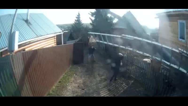 В Красноярске на бабку упал столб вместе с электриком, который что-то чинил на нем.