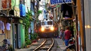 RailWay. Train Street Hanoi old quarter / Поезд едет по улице в старом квартале Ханоя. Вьетнам