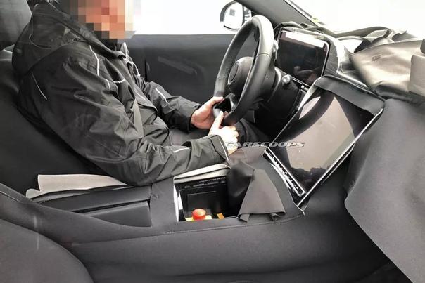 Шпионы сфотографировали новый Mercedes-Benz S-Class с огромным планшетом в салоне.