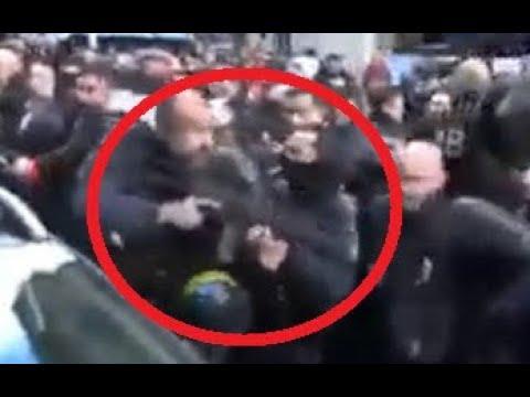 G J REGARDEZ - ce Policier HAINEUX Braque son Fusil d Assaut !!