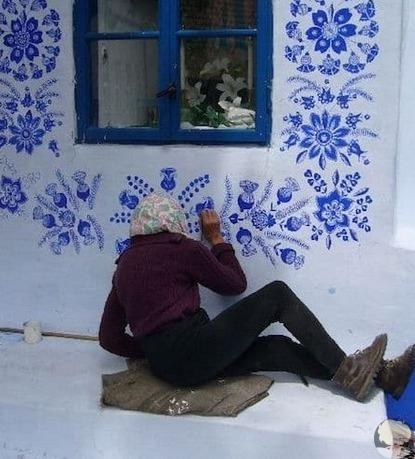 Если вы уверены, что один человек не может изменить мир вокруг себя, то посмотрите на пример Агнешки Кашпарковой из чешской деревни Лука. Этой мастерице уже 90 лет, но она не собирается отдыхать на пенсии. Самостоятельно она раскрасила свой дом и дома соседей цветочным орнаментом. Диковинные здания стали местной достопримечательностью.