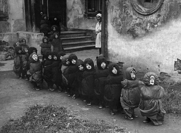 Крипоты пост Дети в спальных мешках идут спать на улицу, чтобы дышать свежим воздухом во сне. СССР, 1930-е