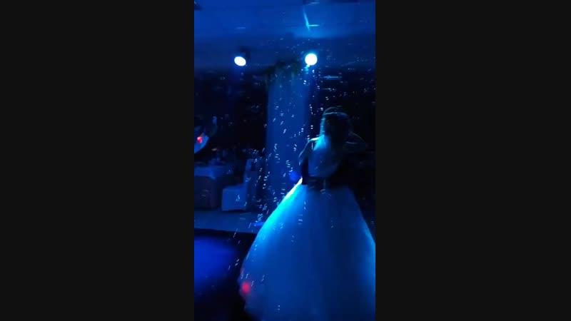 Миллион мыльных пузырьков на первый танец молодых в подарок от меня!
