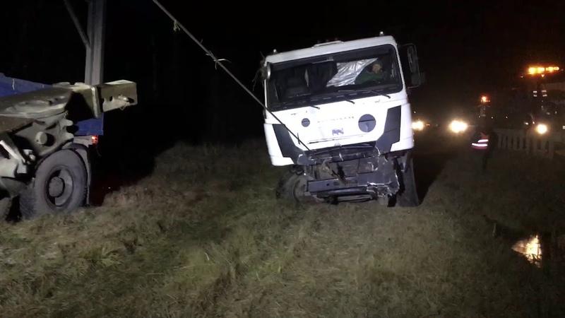 Грузовой эвакуатор Работа с обочины Вытаскиваем опрокинувшийся мусоровоз с прицепом