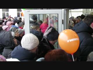 В день открытия Гиппо на входе в магазин образовались заторы. репортаж Витебского курьера