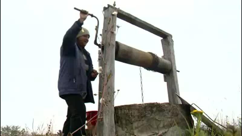 В совхозе Серп и Молот жителям приходится набирать воду из колодца