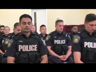 Канадская полиция практикует осознанность в буддийском храме
