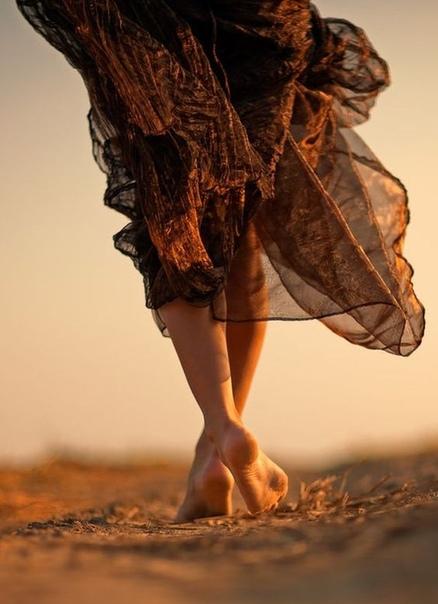 Поклоняйся своей неловкости. Улыбнись над своей неуклюжестью. Подружись со своей некомпетентностью. Смейся, когда споткнулся и упал. Это всё драгоценные волны в необъяснимом просторе тебя.