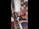 Купер и Том играют на пианино