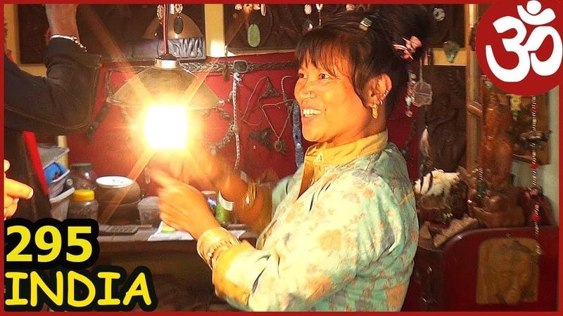 ИНДИЯ ДХАРАМСАЛА Магазин одежды Непальский North Face и момо