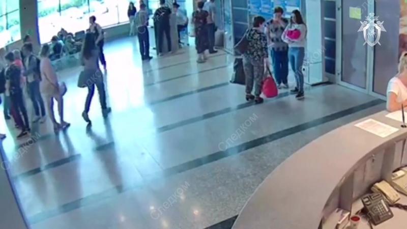 Видеозапись дарения ребёнка в омском аэропорту