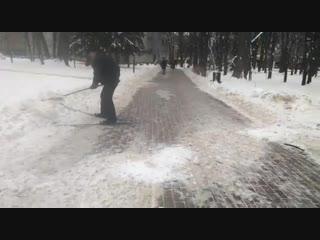 физ-рук засыпает почищенные дорожки снегом для детей на лыжах
