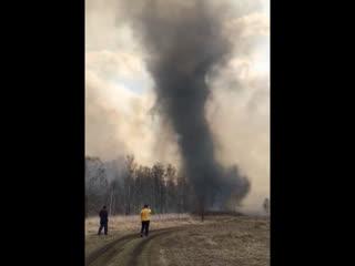Огненный смерч на пожаре в деревне Сикияз-Тамак (Челябинская область, 28 апреля 2019).