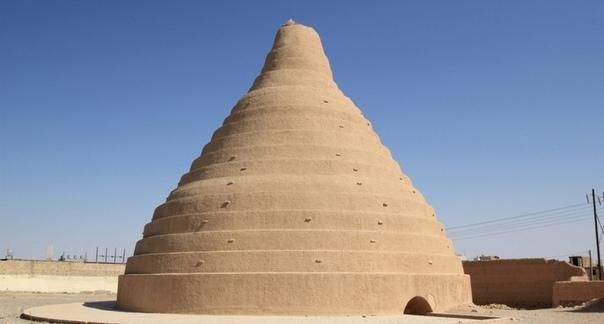 Яхчалы - древние персидские конусы для хранения льда в пустыне. Туристы, путешествующие по Ирану, могут увидеть необычные сооружения — яхчалы. Эти куполообразные строения из глины являются