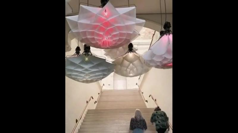 Волшебные светильники , раскрываются при прохождени под ними людей