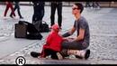 Малыш зажег с уличными музыкантами!
