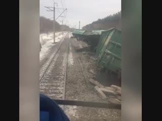 Машинист снял видео, как он проезжает рядом с местом крушения состава с углём