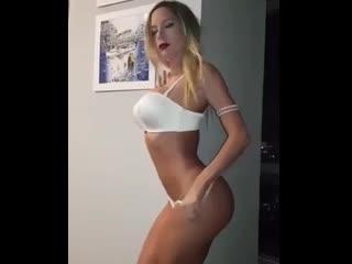 Девушка Блондинка снимает белые трусики и лифчик перед сексом в домашнем порно
