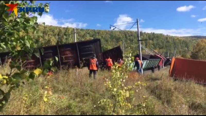Двенадцать вагонов грузового поезда сошли с рельсов в Слюдянке.