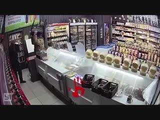 Драка вора с покупателем и продавцом из-за пива