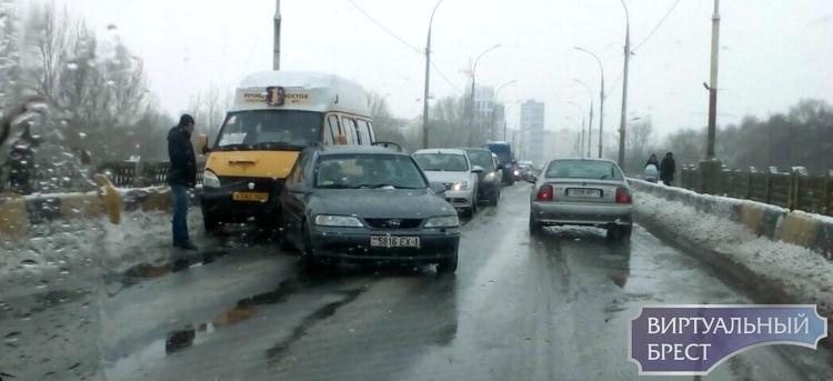 На мосту бульвара Шевченко маршрутка подтолкнула легковушку