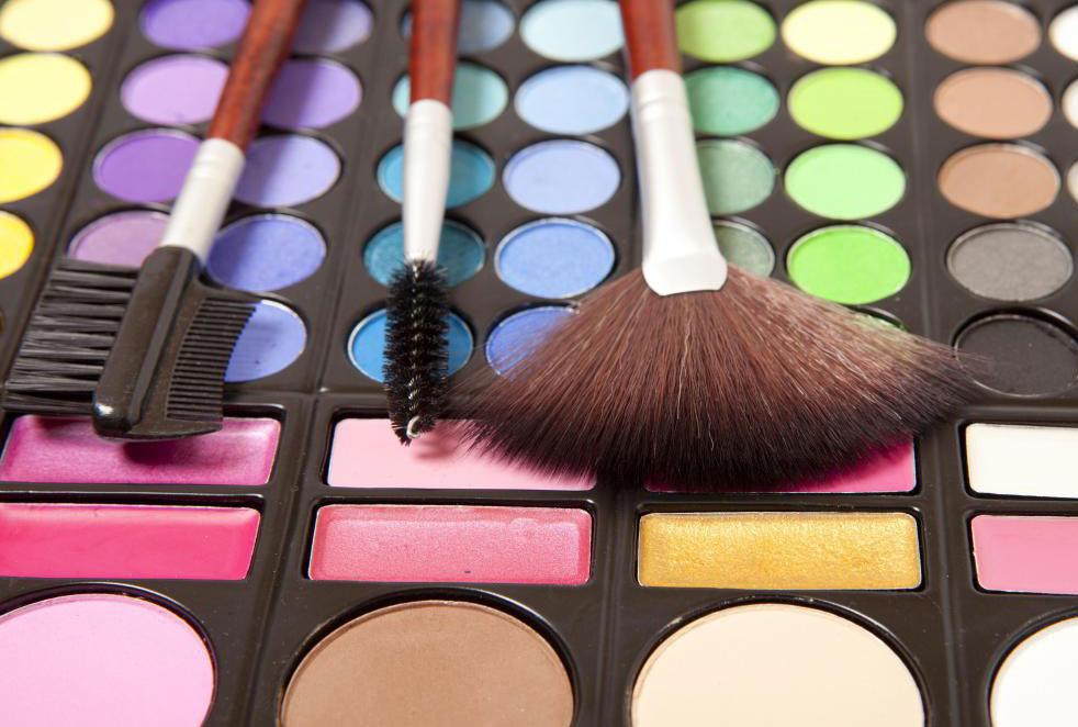 Специалисты по косметике часто работают в престижных универмагах, укомплектовывая прилавки брендов косметики класса люкс
