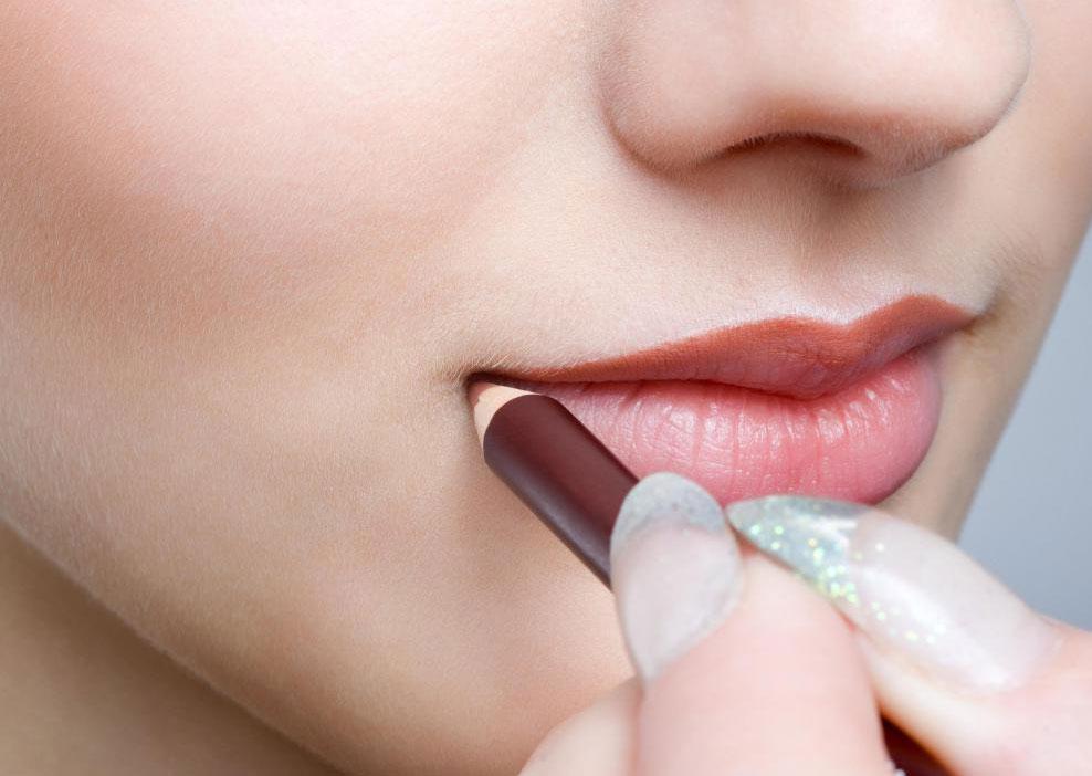 Профессионалы часто используют карандаш для губ, чтобы улучшить форму рта.