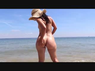 Голая девушка на море гуляет на нудистком пляже, bubble ass butt young old girl friend nude fun beach cute pussy (hot&horny)