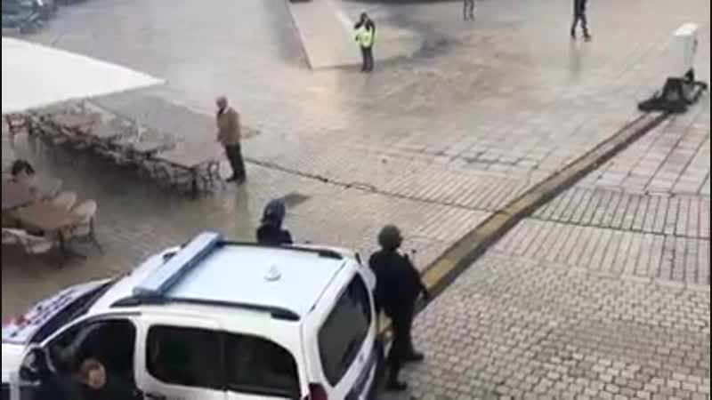 Jet de grenade à Dijon sur un manifestant par un policier qui sest cru en zone de guerre...