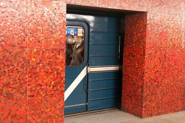 Зачем в Ленинградском метро строили станции с дверьми на платформе?