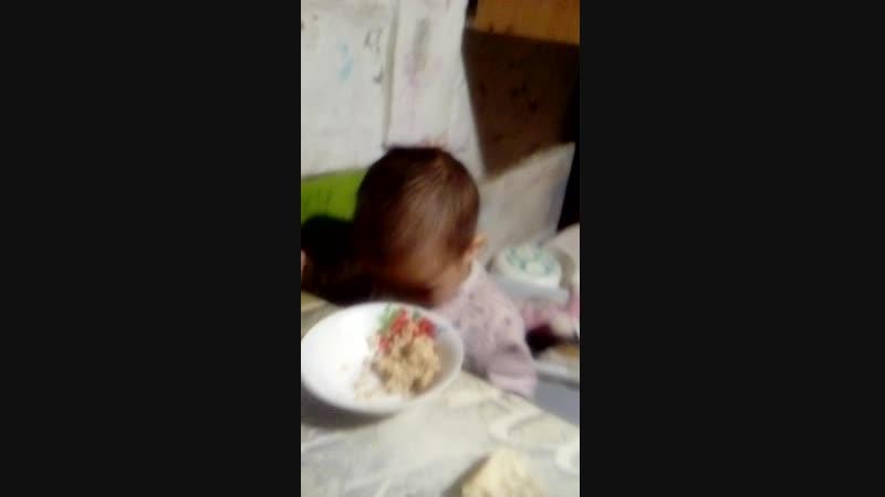 Кира год и девять учимся кушать