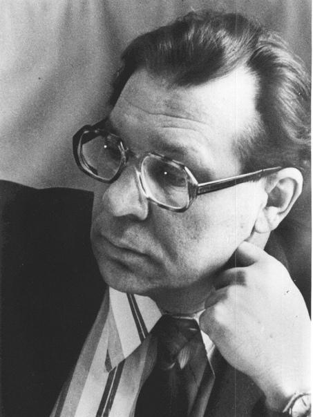 Валерий Легасов Биография будущего академика началась в Туле, где он родился 1 сентября 1936 года. Вскоре после рождения сына семья переехала в Москву, там мальчик и пошел учиться в школу. Его