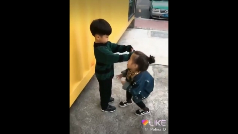 Copii tot se iubesc uni pe alți