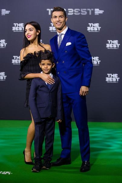 СМИ: Криштиану Роналду готовится жениться на Джорджине Родригес Еще в 2017 году журналисты писали о скорой свадьбе Криштиану Роналду и Джорджины Родригес, которая в то время была на седьмом